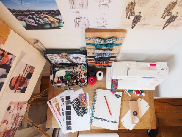 Table de travail, machine a coudre, noeud papillon, sketch