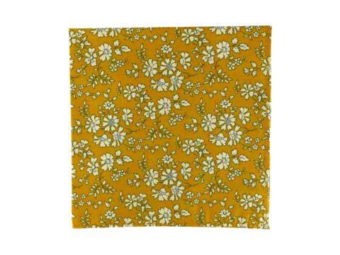 Pochette de veste moutarde à fleurs, modèle Doud. Moutarde, blanc