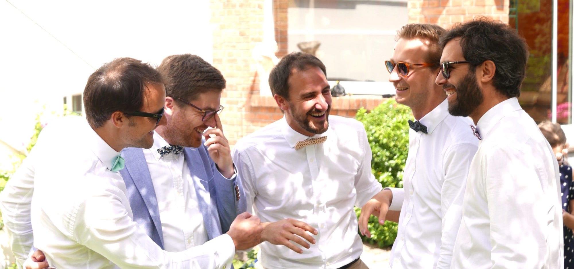 5 amis en noeud papillon en été pour mariages