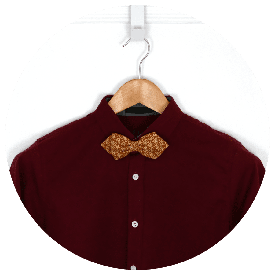 noeud papillon sur chemise rouge
