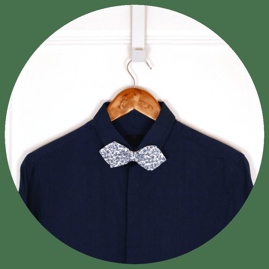 noeud papillon sur chemise bleue fonce decontractee