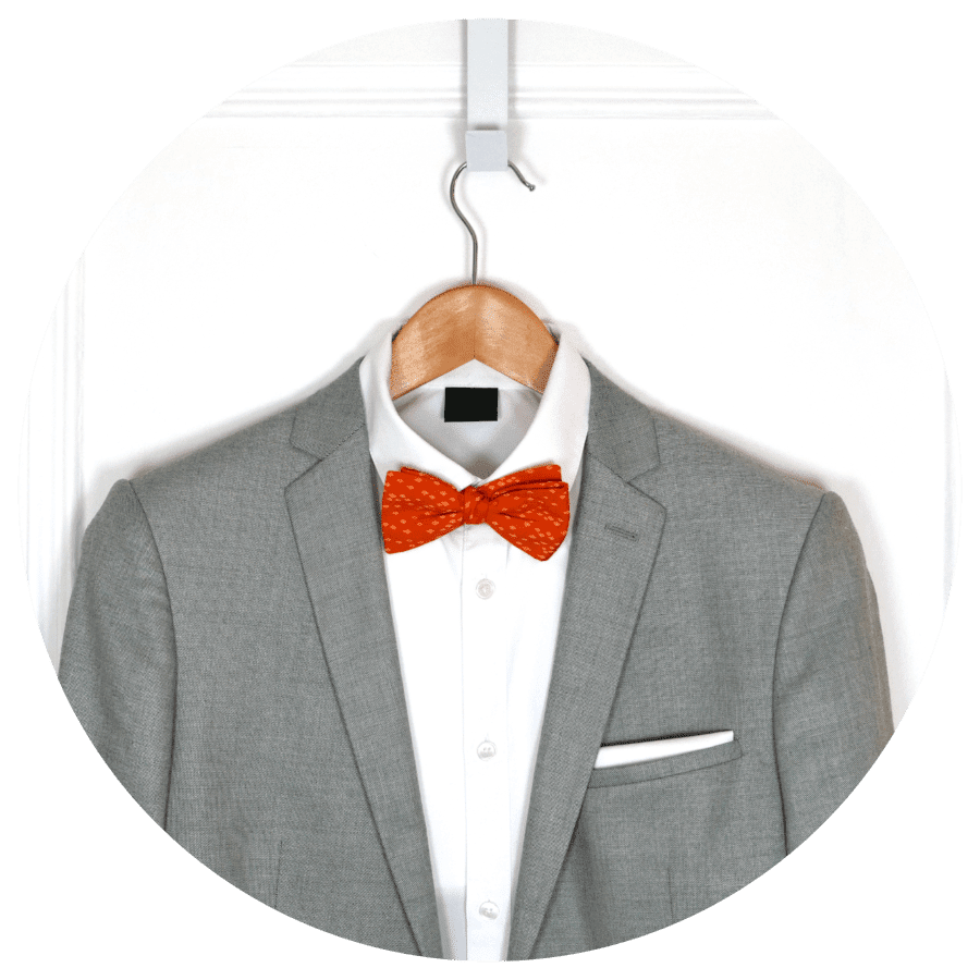 noeud papillon orange vif costume gris