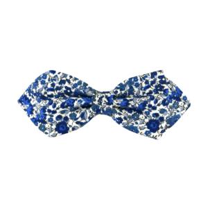noeud papillon à fleurs bleues, choix de nouage et de forme, ici POINTUE