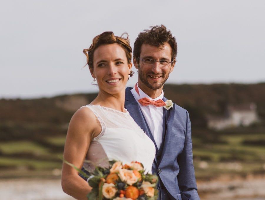 mariés noeud papillon corail pour mariage