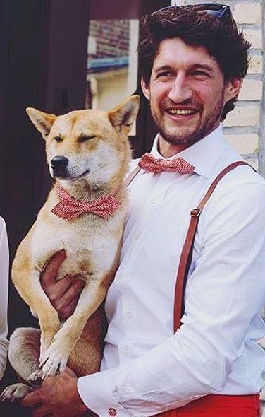 noeud papillon rouge chemise blanche et chien